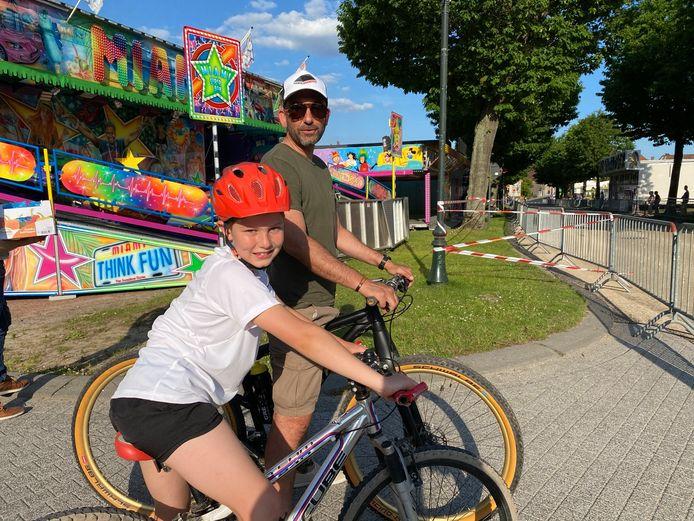 Wolf Van Durme en vader Jurgen kwamen met de fiets een kijkje nemen op de Potjesmarktkermis.