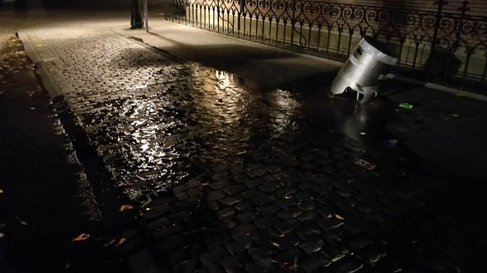 Vernieling van waterkraan geeft overstroming.