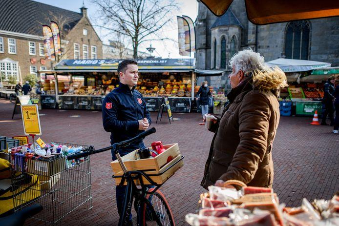Luitenant Hans Koffeman staat elke woensdag op de markt met koffie en een luisterend oor. Hier is Hans in gesprek met Janny Antvelink.