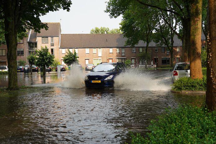 Ondergelopen straten in Rijen na flinke buien op 26 juni van dit jaar.