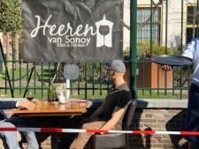 Geen publiek maar poppen op Alkmaars terras: 'We willen niet provoceren maar laten zien dat terrassen open kunnen'
