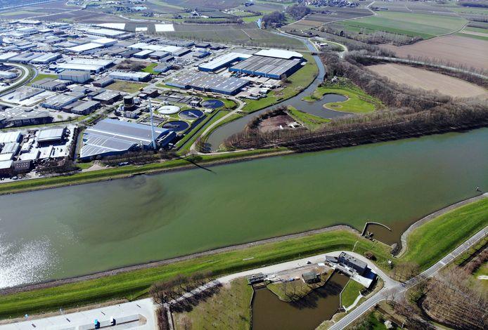 Waar de Linge bij Zoelen  onder het Amsterdam-Rijnkanaal door gaat. Middenonder is een rooster waardoor het water naar de andere kant van het kanaal wordt geleid en daar weer als riviertje verder gaat.