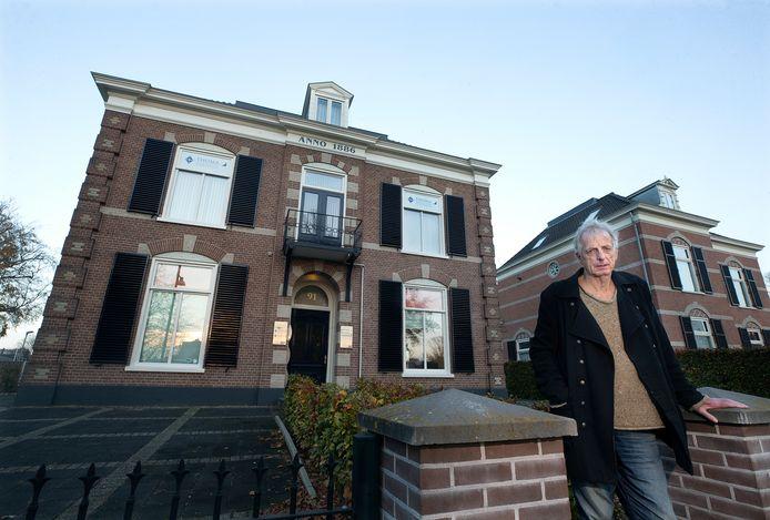 Karel Berkhuysen bij het pand aan de Plantsoenstraat .