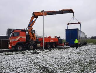 Vrachtwagenchauffeur mispakt zich tijdens manoeuvreren in Kerkweg in Bekegem