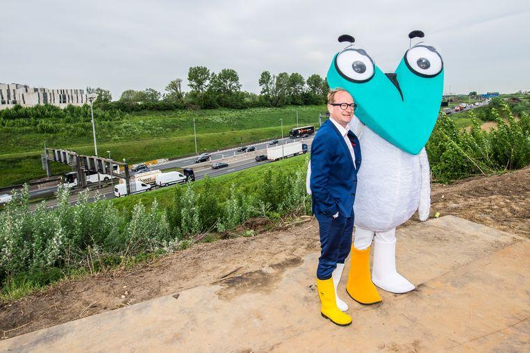 Ben Weyts (links!) en mascotte Corneel Van Oosterweel. Beeld BELGA