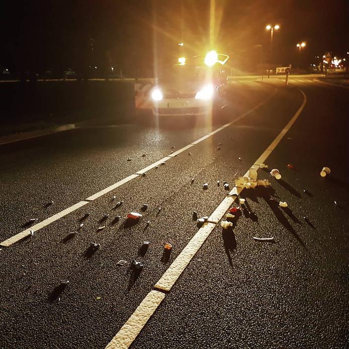 De politie trof vannacht lachgaspatronen en afval van de McDonald's aan op een weg.