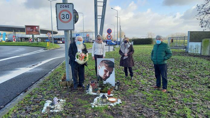Oud-burgemeester Antoine Denert en drie mandatarissen van zijn partij hielden zondag een wake op de plek waar Ennio Van Bogaert precies twee jaar geleden om het leven kwam.