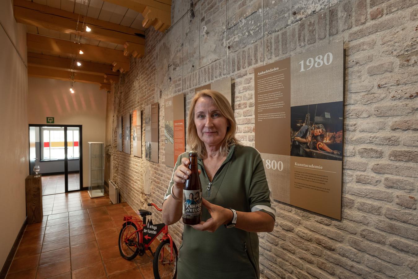 Museum Huys der Kunsten aan de Voorstraat 20 in Kampen bestaat twintig jaar. Directeur Elise van Heck met het speciale bier die voor deze gelegenheid is gebrouwen.