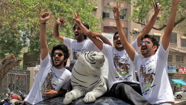 Supporters van Nawaz Sharif vieren de uitslag. Beeld epa