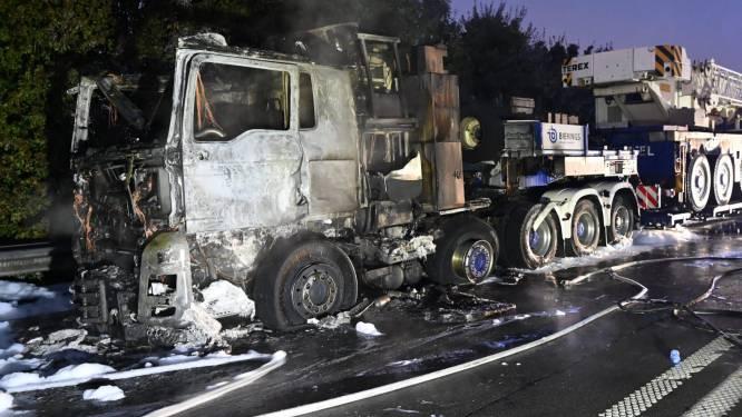 Rechterrijstrook A12 versperd door brandende vrachtwagen