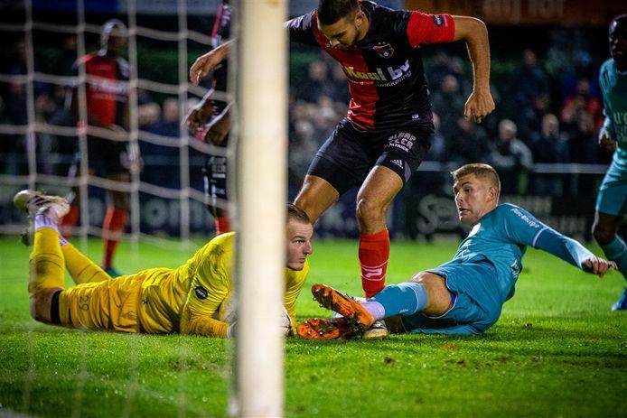 Dani Centen in actie voor De Treffers tegen FC Twente in de KNVB-beker.