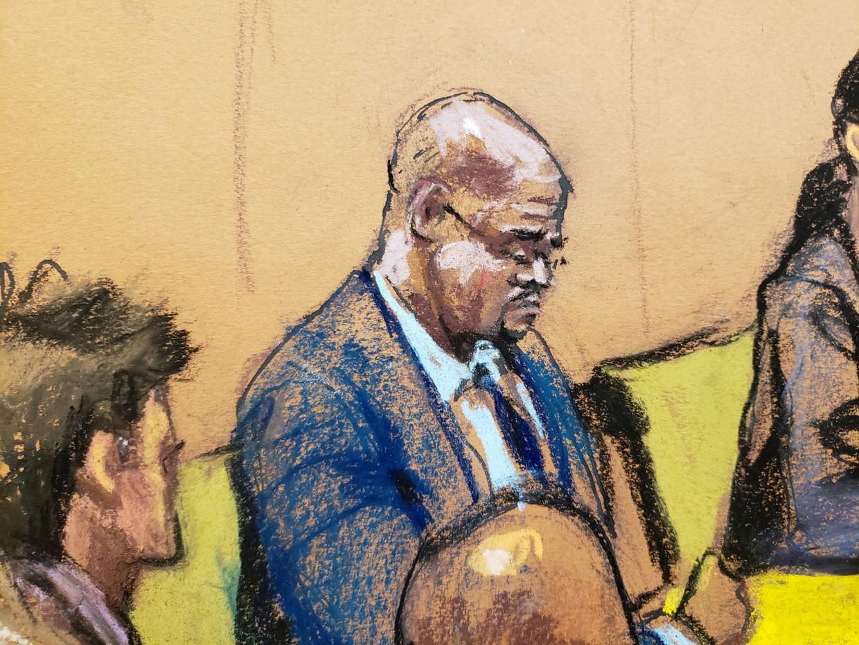 R. Kelly op een rechtbanktekening van 9 augustus, toen de selectie van de jury voor zijn rechtszaak plaatsvond. De zaak zelf begint vandaag in New York. Beeld Reuters