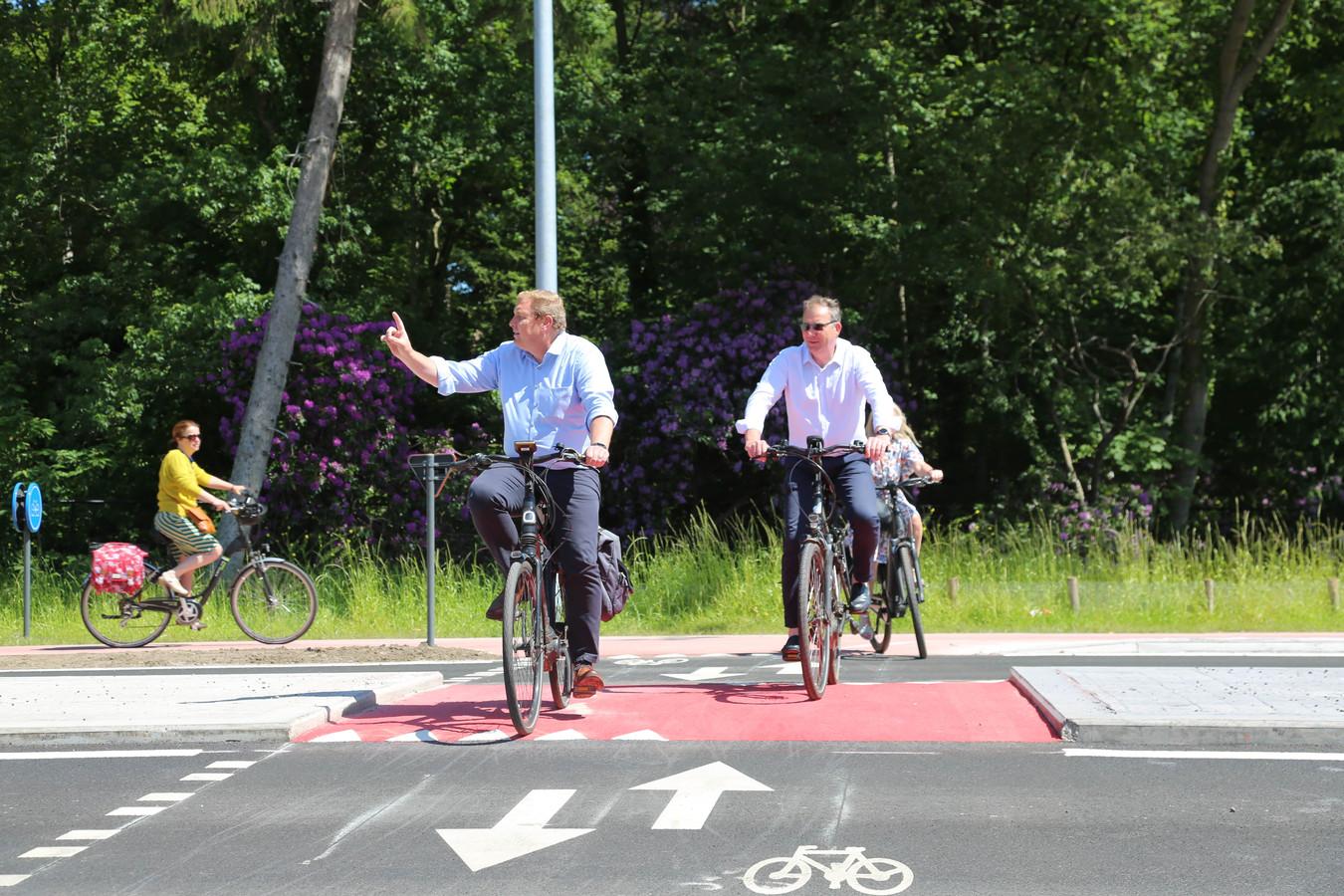 Burgemeester Maarten De Veuster (N-VA) fietst de vernieuwde Botermelk baan in, samen met een aantal schepenen.