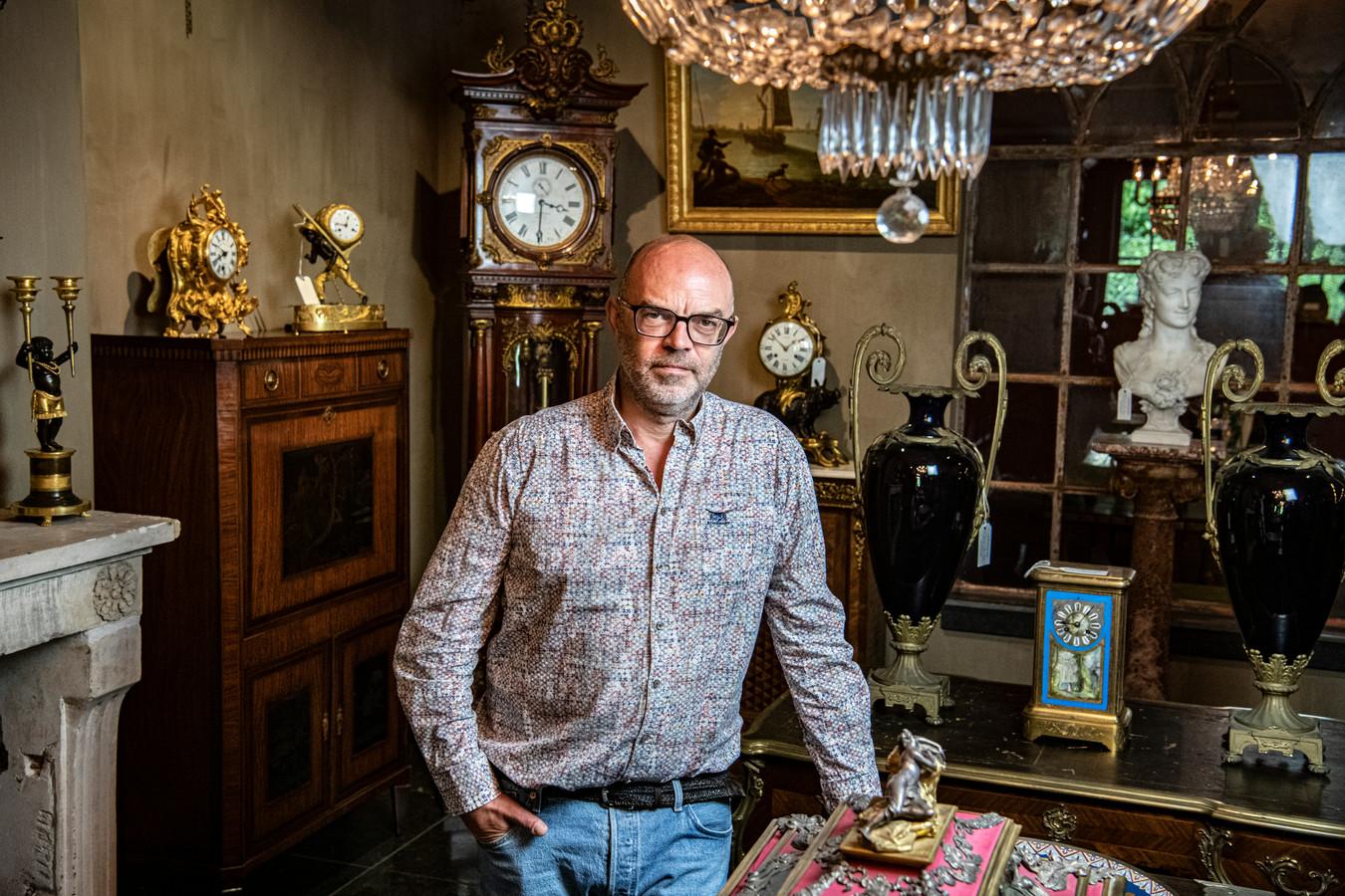 Koop nooit van foto's, zegt antiekhandelaar Arnold Wegh. Je moet een stuk zelf gezien hebben.