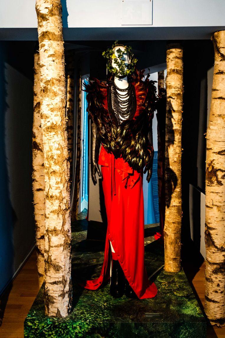 Vanaf zaterdag 12 oktober pakt Modemuseum Hasselt uit met 'SMUK. Decoratietechnieken in de mode: een show-off', een interactieve wereld vol pracht en praal. In deze nieuwe tentoonstelling komen zowel historische als hedendaagse versiertechnieken aan bod die de luxemode zo typeren. Niet enkel erkende ateliers zoals Hurel, Lesage en Lemarié krijgen een centrale plaats. Ook de bezoekers spelen een hoofdrol en gaan in de wonderkamer zelf aan de slag met hoogwaardige decoratieve ambachten.