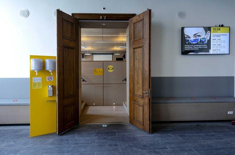 Een nu nog lege collegezaal van de Universiteit Utrecht. Vanaf 26 april kunnen deze zaal en andere leslocaties in het hoger onderwijs mogelijk weer gedeeltelijk bezet worden. Beeld ANP / Robin van Lonkhuijsen