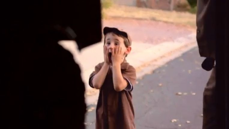 Kleine Carson kan zijn ogen amper geloven wanneer UPS een ongelofelijke verrassing voor hem in petto heeft. Beeld Screenshot YouTube