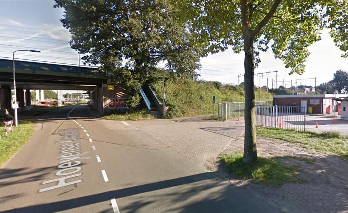 Rechts de uitgang van het complex dat pal naast het viaduct zit, waardoor het uitzicht slecht is. Zeker als er op drukke dagen ook nog auto's staan geparkeerd.