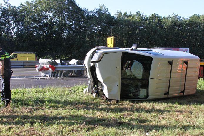 Een bestelbus is op de zijkant beland bij Holten. De bestuurder is met onbekend letsel naar het ziekenhuis gebracht.
