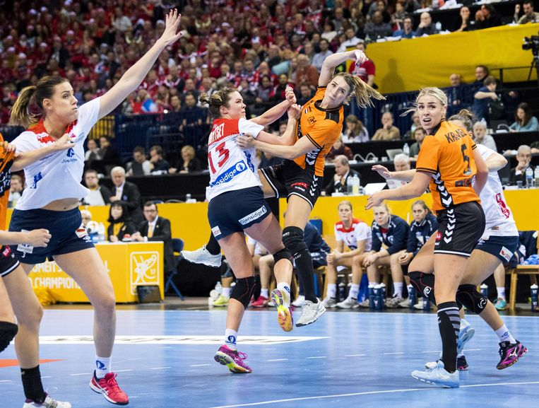 Lois Abbingh van het Nederlands vrouwenhandbalteam in actie tegen Noorwegen tijdens de halve finale van het WK handbal in Duitsland. Beeld ANP