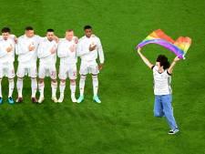 Un activiste sur le terrain avec un drapeau arc-en-ciel pendant l'hymne hongrois