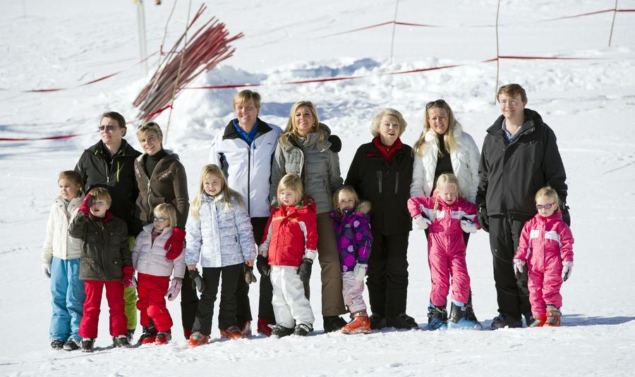 De koninklijke familie tijdens de jaarlijkse fotosessie in 2011 in Lech. Een jaar later zou prins Friso (r) tijdens de wintersportvakantie in coma raken