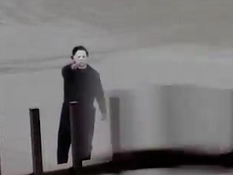 Advocaat verkleed als Michael Myers jaagt mensen schrik aan op het strand