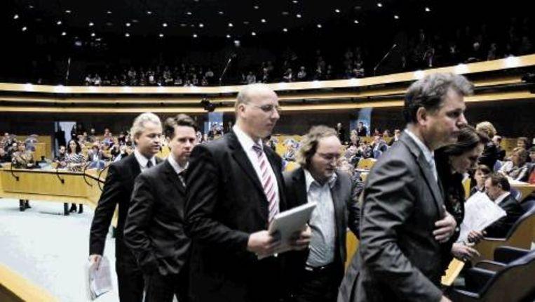 PVV-leider Geert Wilders (links) verlaat met zijn fractie demonstratief de Tweede Kamer. Hij heeft geen zin in een ¿schijndebat¿. (Trouw) Beeld
