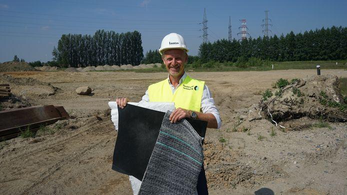 Luc Hellemans, CEO van Lantis, toont de materialen waarmee de verontreinigde grond wordt ingekapseld.