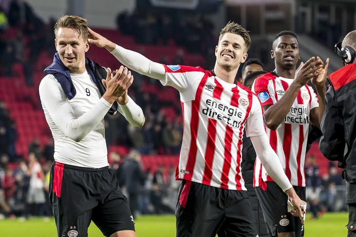 De spelers van PSV vieren de zwaarbevochten 4-3 zege op FC Twente.