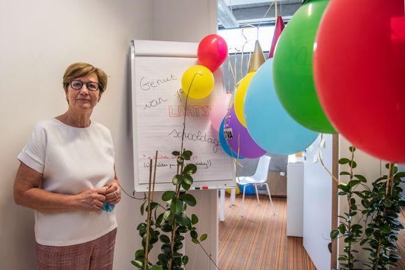 """Voor Karine De Keyser zit haar onderwijsloopbaan er na 42 jaar op. """"Ik ga werken met jongeren enorm missen"""", zegt ze."""