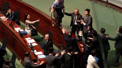 Regeringsleider Hongkong opnieuw onderbroken in parlement door protest oppositie