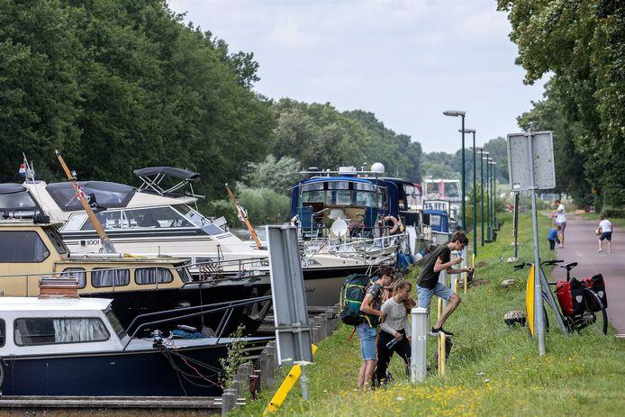 Het is deze zomervakantie druk met boten in de passantenhaven in Aarle-Rixtel.