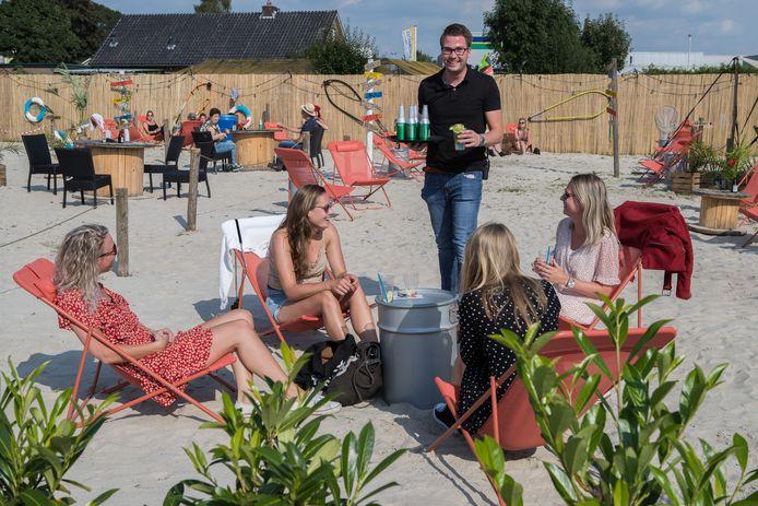 Timo Roescher van De Leeren Lampe serveert biertjes op zijn beachterras.