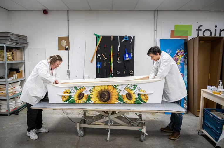 Bij Fair Coffins maken ze doodskisten van karton. Beeld Koen Verheijden