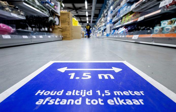 Social distancing is de norm, maar Nederlanders slepen elkaar door de crisis heen.