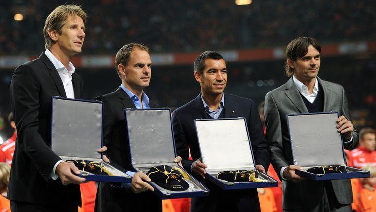 Edwin van der Sar, Frank de Boer, Giovanni van Bronckhorst en Phillip Cocu (vlnr) met hun UEFA-aandenken. Beeld getty