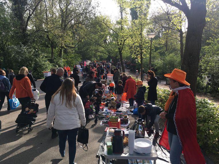 Bezoekers van de vrijmarkt in het Vondelpark. Beeld Melle Bos