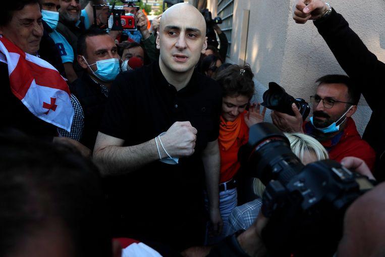 Oppositieleider Nika Melia verlaat de Georgische gevangenis. De EU had zijn borgtocht betaald. Beeld EPA