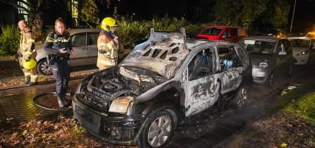 Geparkeerde auto brandt uit in Arnhem-Zuid