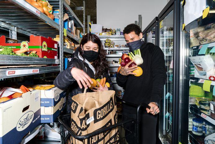 Medewerkers zijn in een mini-magazijn van Gorillas bezig met het inpakken van een bestelling.