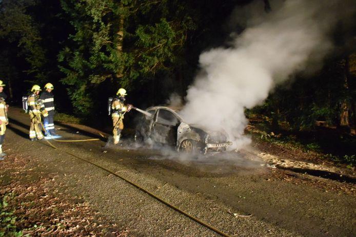 De brandweer kan enkel nog de restanten van de auto blussen op de Catharinaweg in Nijmegen.