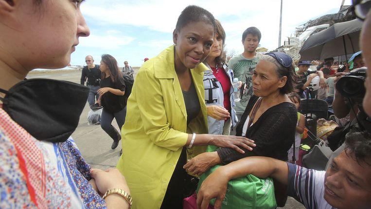 VN-noodhulpcoördinator Valerie Amos (midden) bezocht de getroffen stad Tacloban. Beeld ap