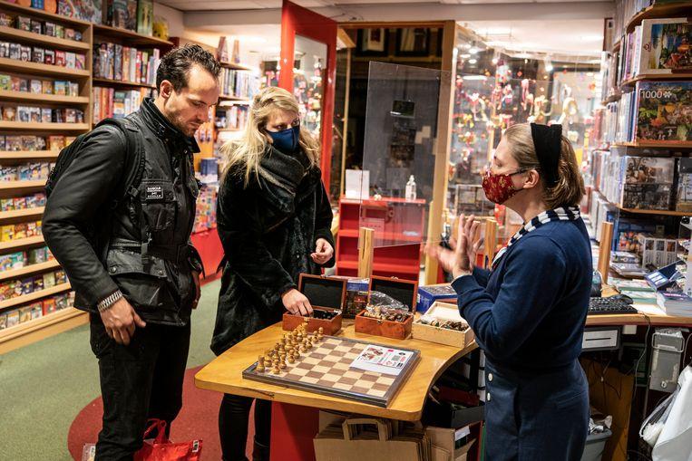 Kim Hoetjes van spellenwinkel Wirwar in Groningen heeft geregeld rijen voor de deur staan.  Beeld Reyer Boxem