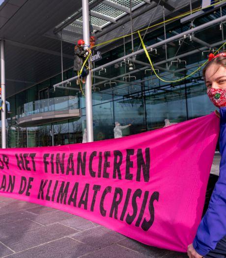 Actievoerders van Extinction Rebellion beklimmen hoofdgebouw Rabobank: 'Rabo is giftig'