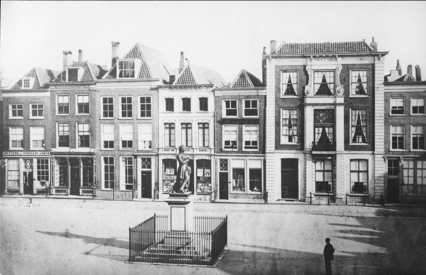 De foto van de Voorstraatzijde van het Scheffersplein, ca. 1870. Het derde pand van links zou dertig jaar later worden gesloopt om plaats te maken voor de winkel van koffiebrander 'N. Bonten, sinds 1820'.