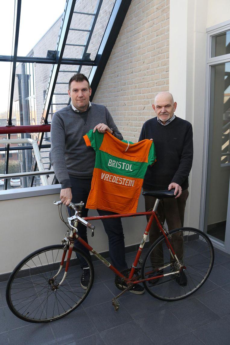 Stijn Geys van de dienst Erfgoed (l.) en Rudy Nuyts (r.) van de Kamer voorHeemkunde met een originele Bristol-trui en -fiets.