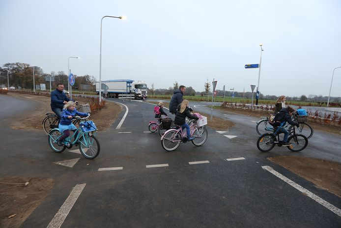 Fietsers steken de nu nog afgesloten rondweg in Voorst over. Volgens Veilig Verkeer Nederland is de situatie bij de noordelijke rotonde te gevaarlijk.
