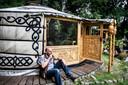 Dirk Egberts bewoont een joert in Rucphen. Hij verkoopt ook tenten, vooral aan mensen die net gescheiden zijn.
