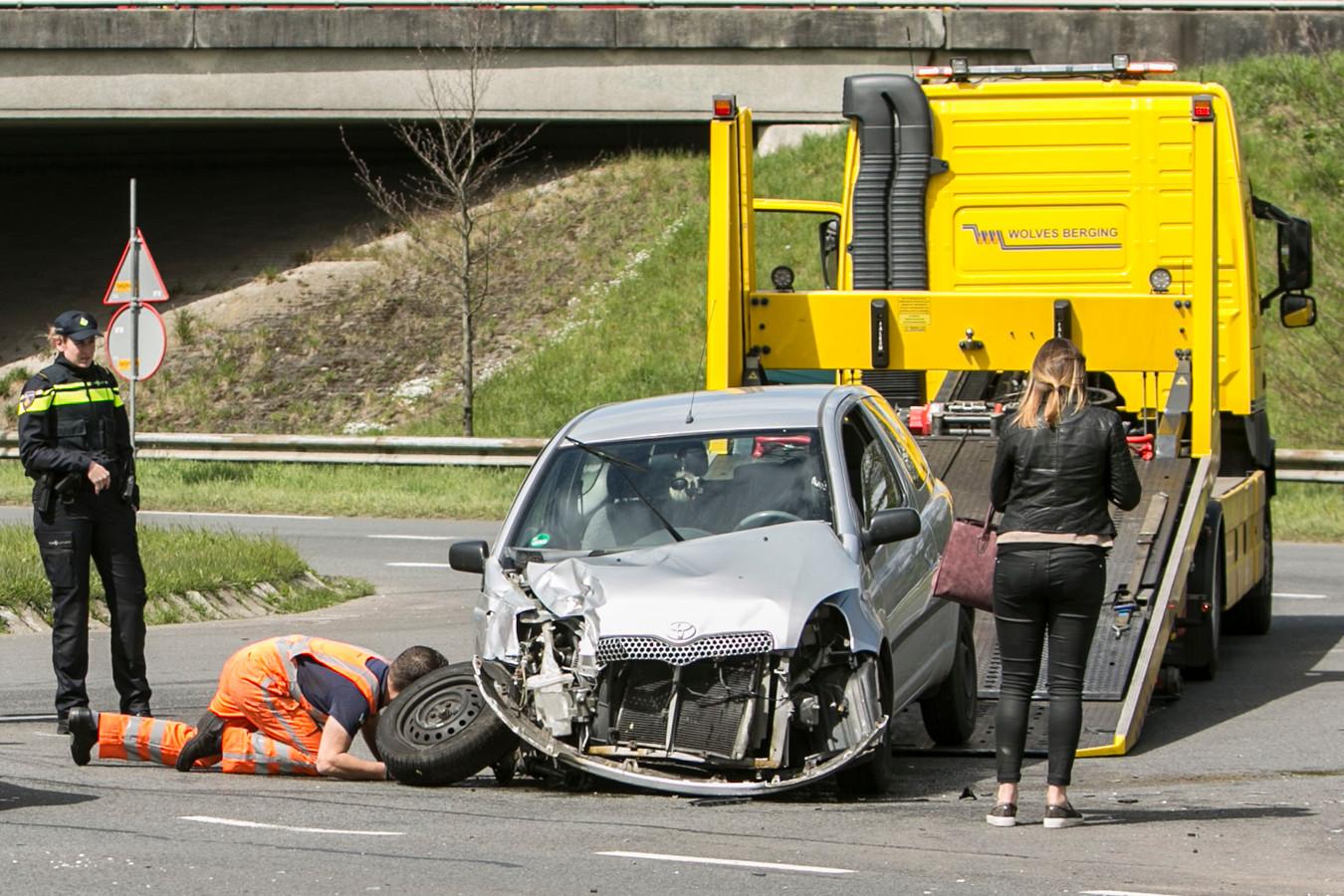 De auto was total loss na de frontale botsing.